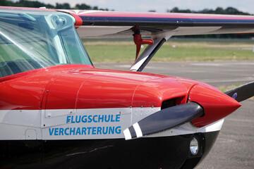 Schulflugzeug wartet am Flugplatz auf Flugschüler