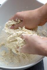 Herstellung eines Teigs mit den Zutaten Mehl, Wasser, Zucker, .Hefe, Öl und Salz