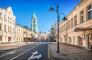 buildings and bell tower of the Church of John the Baptist on Pyatnitskaya Street in Moscow Fototapete