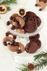 Weihnachtsplätzchen Schokoladenkipferl und Bärentatzen auf einer Etagere
