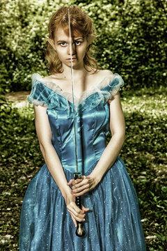 Junge Frau mit Schwert, Prinzessinnen Kleid und außerirdischen Ohren hält Ihr Schwert vor das Gesicht