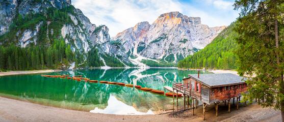 Lago di Braies See Panorama in Italien Dolomiten, Pragser Wildsee, Steg mit Boot, Berg, Alpen,...