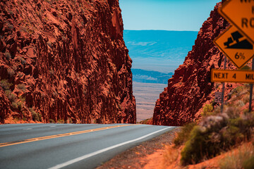 Photo sur Plexiglas Marron Scenic highway in Arizona, USA. Barren scenery, Endless straight.