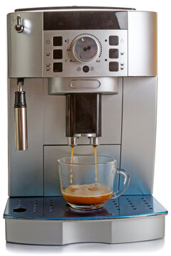 Automatic machine pours hot coffee