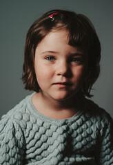Obraz foto de estudio de una niña preciosa - fototapety do salonu