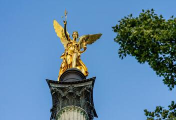 Schönes München: Friedensengel in Bogenhausen in glänzendem Licht / Gold