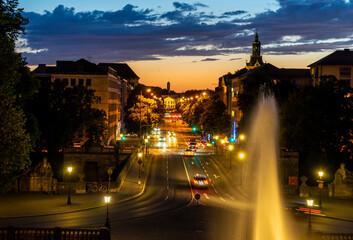 München zur blauen Stunde / bei Nacht: die schöne Prinzregentenstraße vom Friedensegel aus betrachtet bei fantastischer Lichtstimmung