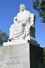 Historisches Denkmal von Ludwig van Beethoven in Nürnberg St. Johannis am Westtor. Es wurde aus Untersberger Marmor gefertigt und steht auf einem Sockel seit 2020 am neuen Standort