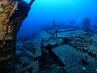 Papiers peints Naufrage ship wreck underwater scuba divers to search and explore ocean bottom scenery of metal underwater