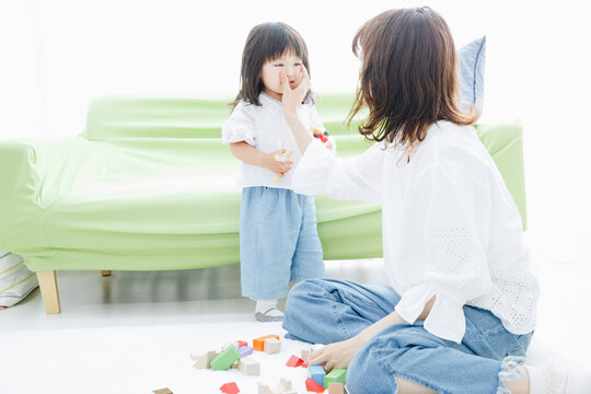 泣く幼児と母親