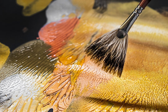 Fan brush with textured gold paint. Gold trend.