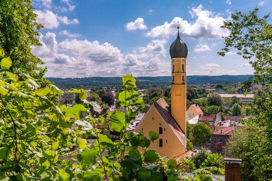 Blick auf die Altstadt Wolfratshausen mit Kirche St. Andreas vom Bergwald aus gesehen