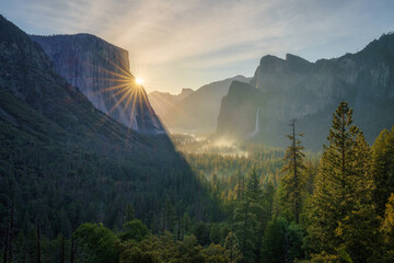 sunrise at the tunnel view in yosemite nationalpark, california, usa