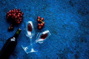 Fototapete - Red wine with grape - in glasses and bottle - on blue desk top view copy space