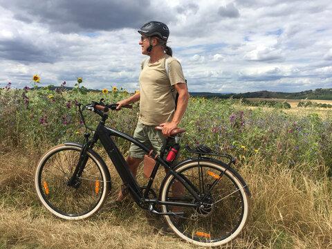 Radtour mit Trekking-E-Bike in wilder Natur