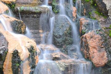 Cascada de agua con efecto lento. Wall mural