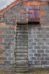 Obraz Zewnętrzne schody na budynku prowadzące do wejścia na strych, wieś. - fototapety do salonu