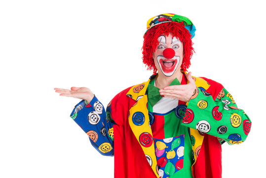 Clown präsentiert etwas