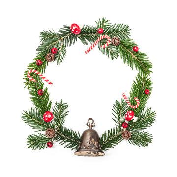 Weihnachtskranz mit Tannenzweigen, Glöckchen und Dekoration