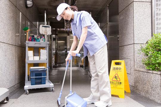 掃除をする清掃員