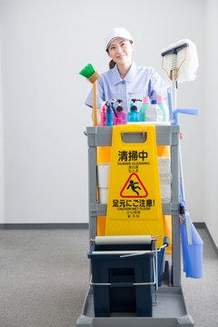 オフィスビルを掃除する清掃員