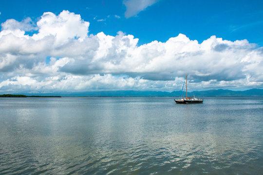Voilier dans la mer Caraïbes