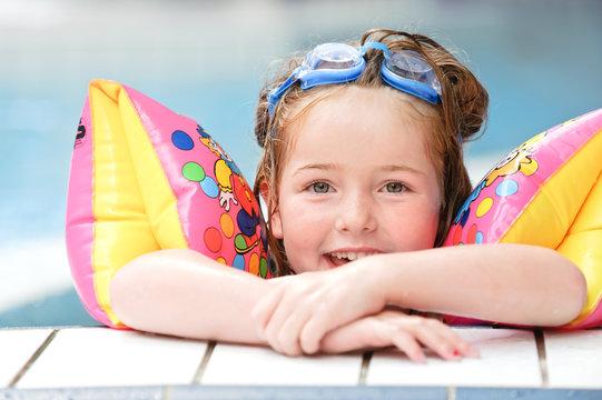 Mädchen mit Taucherbrille im Schwimmbad