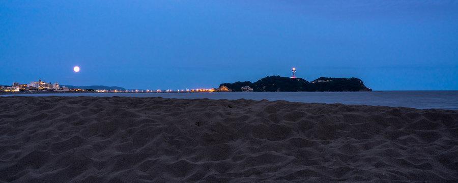 江ノ島と満月