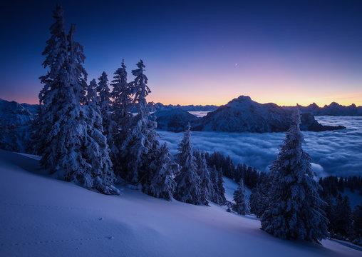 winterdämmerung in den alpen