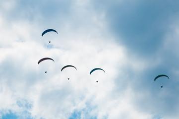 Paralotnie na tle nieba z chmurami