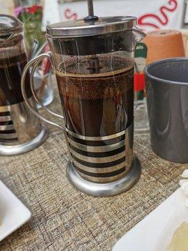 Frisch gebrühter Kaffee aus der French Press, der Siebstempelkanne