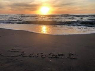 zachód słońca plaża piasek fale morze Bałtyk Morze Bałtyckie słońce napis na piasku  sunset...