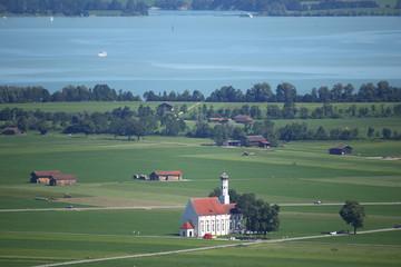 Kirche in Bayern und ein See