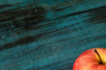 Manzana roja sobre superficie de madera, manzana aislada, fondo de madera, manzana fruta roja