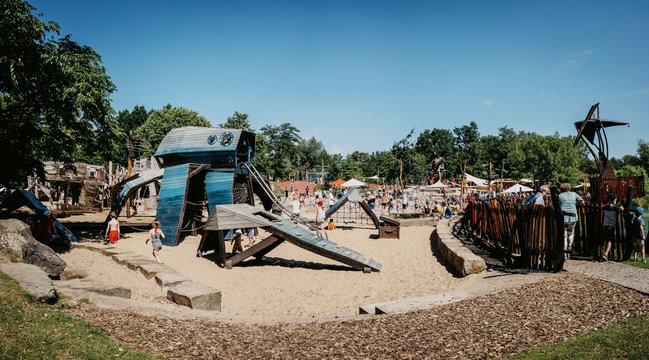 Großer Abenteuerspielplatz im Maxipark im Hochsommer, Hamm