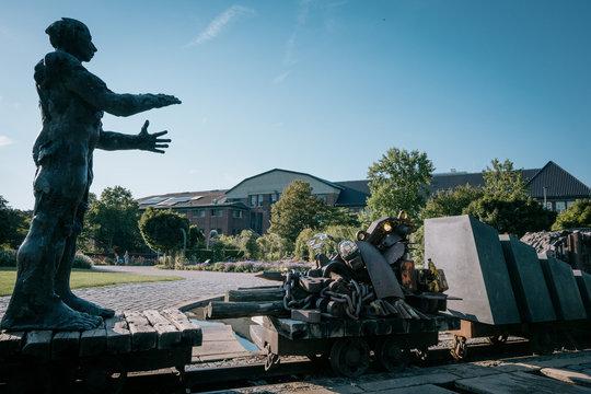 "Skulptur ""Kohle-Objekt Bergmann"" im Maxipark, Hamm"