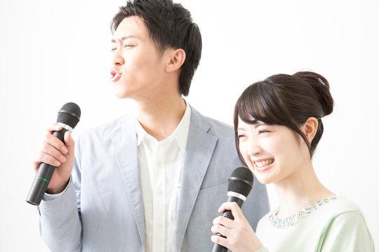 カラオケで歌うカップル