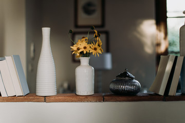 Decorating the house with pottery, flowers and books