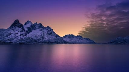 Photo sur Plexiglas Prune Montañas en el atardecer, llegando la noche con color degradado
