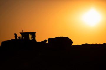 Radlader bei Sonnenaufgang