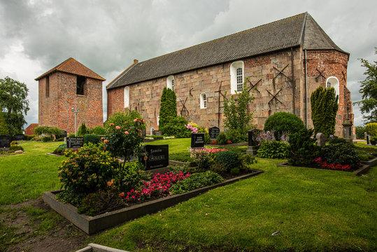 St.-Marien-Kirche in Buttforde mit freistehendem Turm
