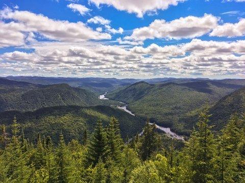 Le sentier Les Loups avec une vue des vallées de la Jacques-Cartier à Québec