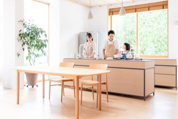 キッチンで料理する家族・ファミリー
