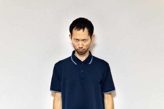 怒りの表情でこちらを睨みつける日本人男性