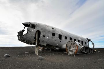 Flugzeugwrack an der Küste Islands Fotobehang