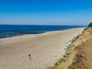 Pusta plaża w ciepły, słoneczny dzień