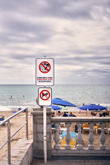 Poster forbidding street vending and forbidding the entry of dogs on the beach.