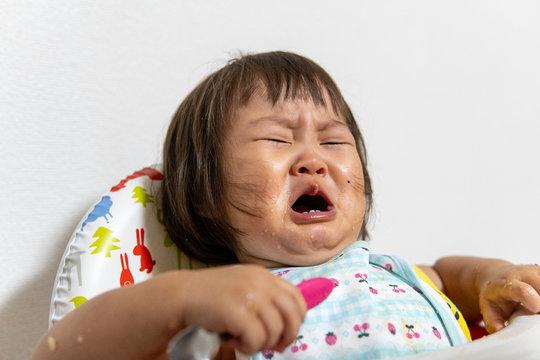 食事中に怒りをあらわにし暴れる日本の子供