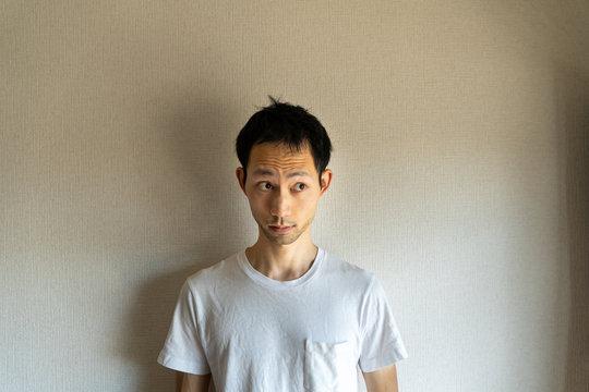 「私は知りません」と知らないふりをして隠し事をする目をそらす日本人男性