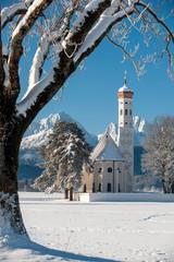 Panorama von Winterlandschaft mit Kirche St. Coloman bei Füssen im Allgäu